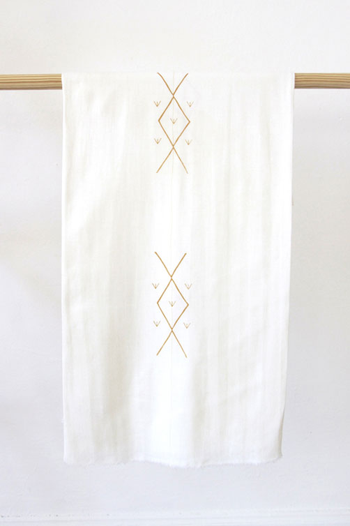 WHITE LINEN TABLECLOTH WITH KIKI REPEATING PRINT